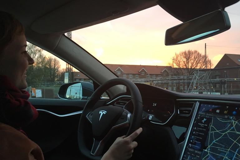 Billig billeje af Tesla Model S med Soltag nær 2000 Frederiksberg.