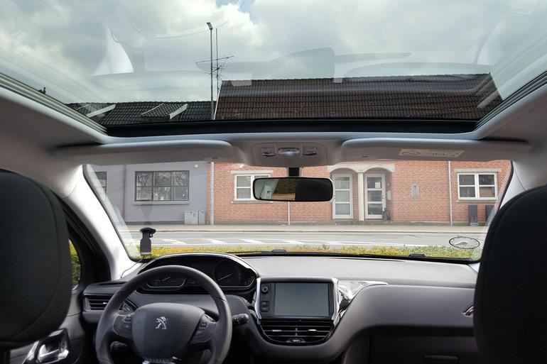 Lej en Peugeot 208 Envy Sky 1,6 BlueHDi nær Silkeborg til 225 kr/dag | GoMore