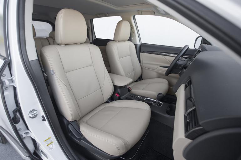 Billig biluthyrning av Mitsubishi Outlander 2.2 AWD med Bluetooth i närheten av 170 67 Solna.