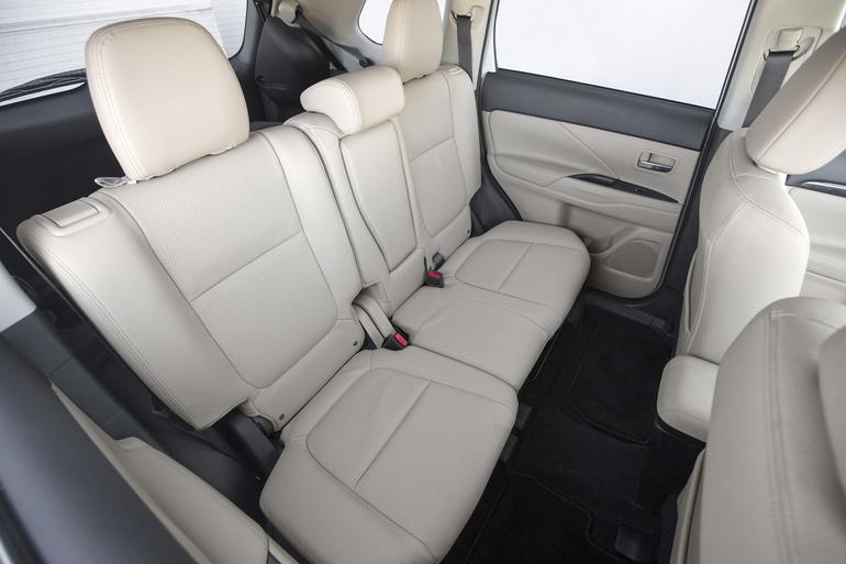 Billig biluthyrning av Mitsubishi Outlander 2.2 AWD med CD-spelare i närheten av 170 67 Solna.