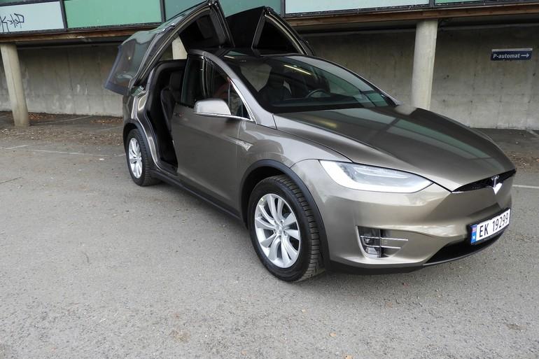 Billig leie av Tesla Model X90D med Hengerfeste nærheten av 0355 Oslo.