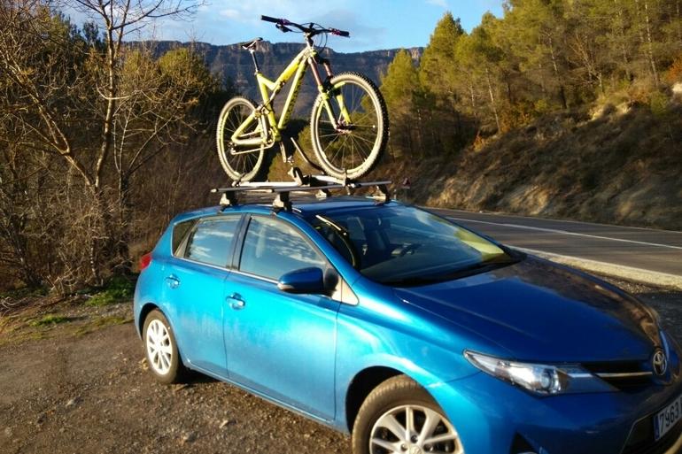 Alquiler barato de Toyota Auris Active 1.6 Vvt-I con equipamiento Bluetooth cerca de 28011 Madrid.