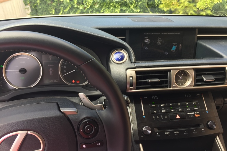 Alquiler barato de Lexus Is 300 H Executive con equipamiento Bluetooth cerca de 08022 Barcelona.