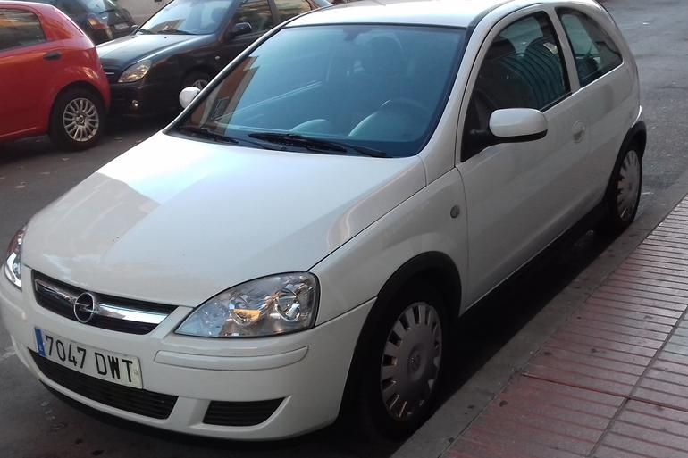 Alquiler barato de Opel Corsa 1.3 Cdti 75 Essentia con equipamiento AUX/Reproductor MP3 cerca de 28946 Fuenlabrada.