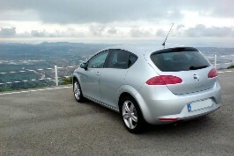 Alquiler barato de Seat Leon Reference 1.6 Tdi 110 Eco con equipamiento Bluetooth cerca de 11005 Cádiz.