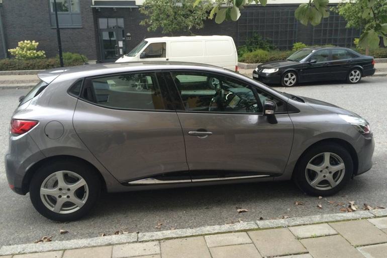 Billig biluthyrning av Renault Clio IV med AUX/MP3-ingång i närheten av 169 74 Solna.