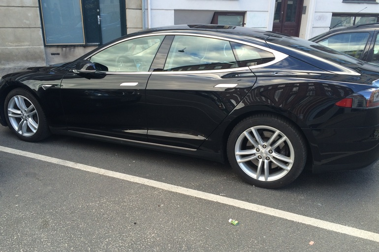 Billig billeje af Tesla Model S med Bluetooth nær 2200 København.