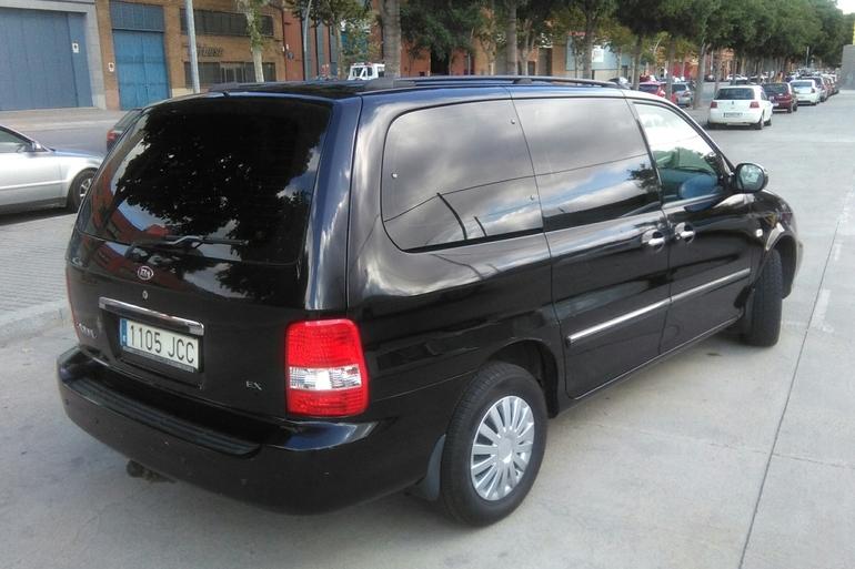 Alquiler barato de Kia Carnival 2.9 Crdi Vgt Ex con equipamiento Barra de remolque cerca de 08016 Barcelona.
